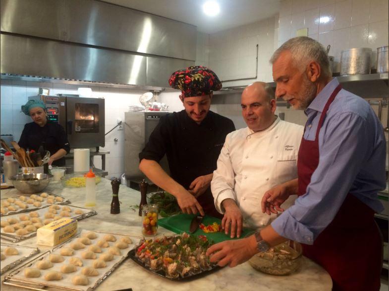 Los chefs y el Embajador cocinando