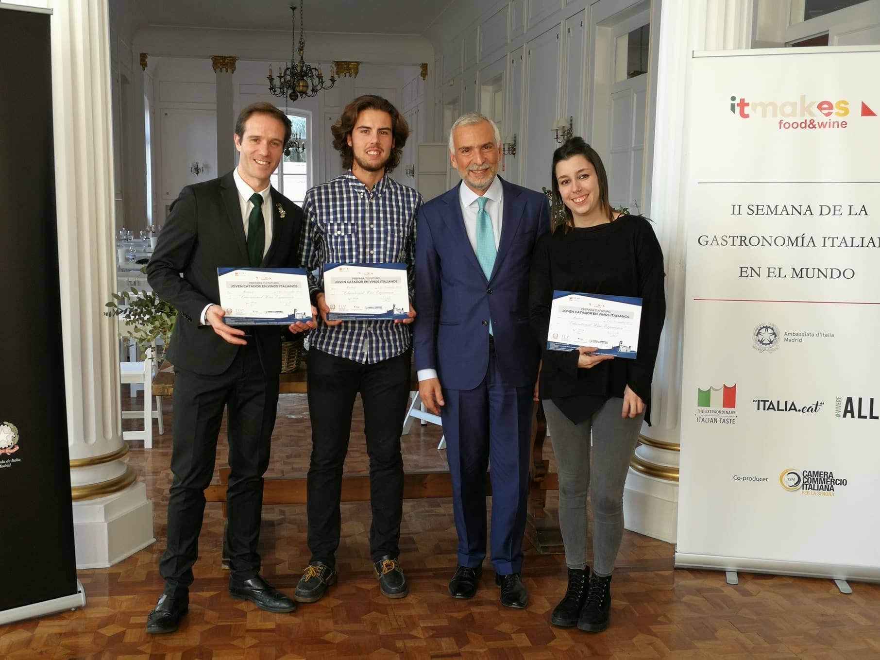 Los ganadores con el Embajador Stefano Sannino